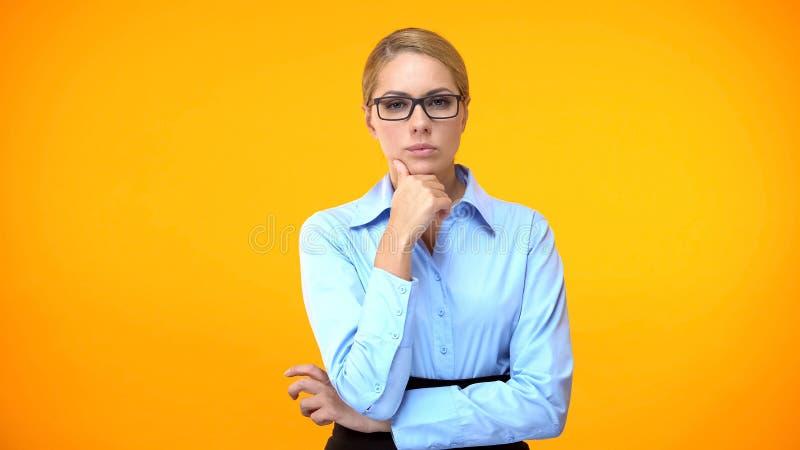 Pensjonalna kobieta-dyrektor podejmująca decyzje, podbródek, problem biznesowy, wątpliwości fotografia royalty free