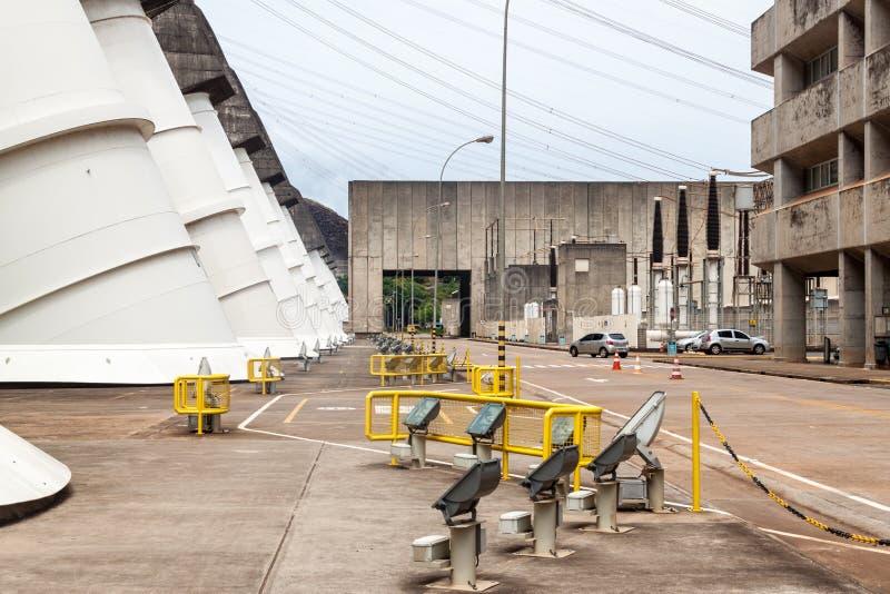 Penstocks gigantes da represa de Itaipu imagens de stock