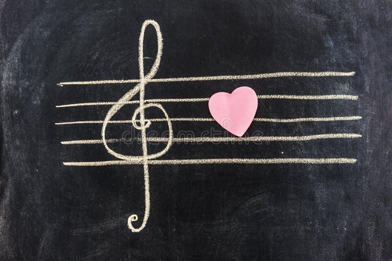 Pentagram met solsleutel op bord en roze hart dat op het wordt geschetst royalty-vrije stock foto