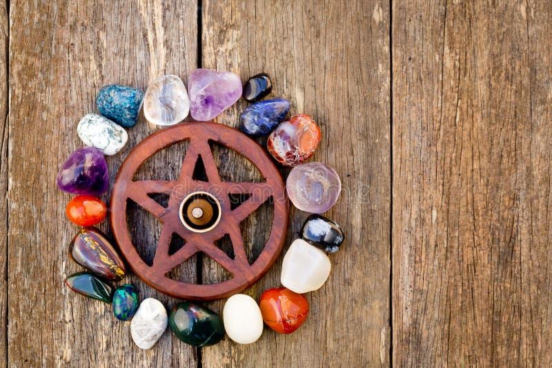 Pentagram wiccan de madeira com o burning do incenso cercado pelo cryst imagens de stock