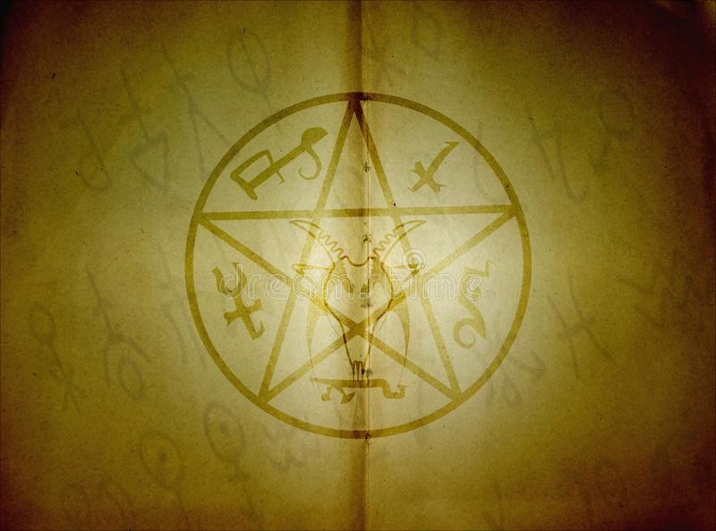Pentagram y muestras místicas en viejo fondo de papel fotos de archivo