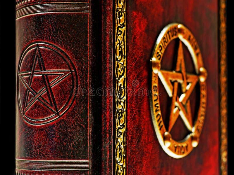 Pentagramma impresso alla spina dorsale del libro con il pentagramma dorato nei precedenti fotografia stock libera da diritti