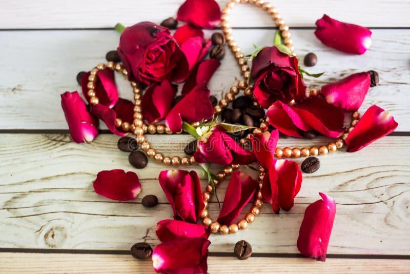 Pentals de rosas rojas y de un collar imagenes de archivo