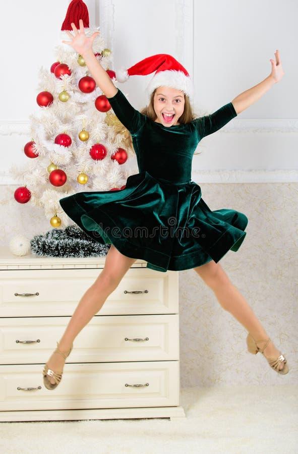 Pente émotive d'enfant arrêter ses sentiments Célébrez le concept de Noël Fille dans sauter de robe C'est Noël E photo stock