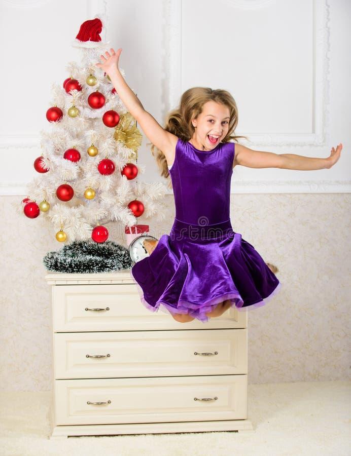 Pente émotive d'enfant arrêter ses sentiments Fille dans sauter de robe C'est Noël Jour nous avons attendu toute l'année finaleme image stock