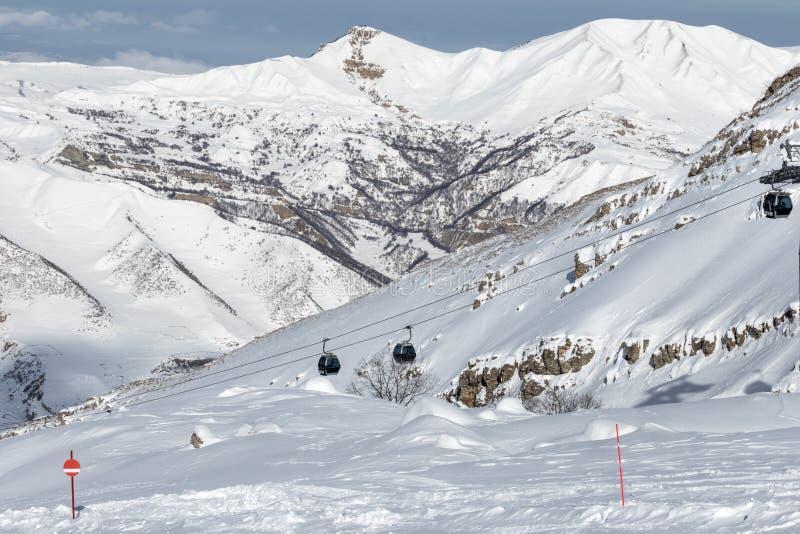 pente couverte de neige de ski en montagnes neigeuses et ascenseur de gondole sur la SK image libre de droits