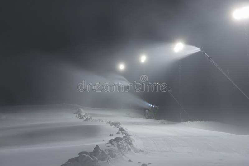 Pente de ski avec des armes à feu de neige image stock