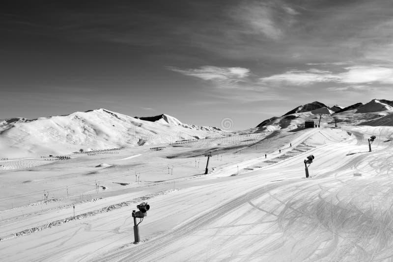 Pente de ski avec snowmaking au jour du soleil photo libre de droits