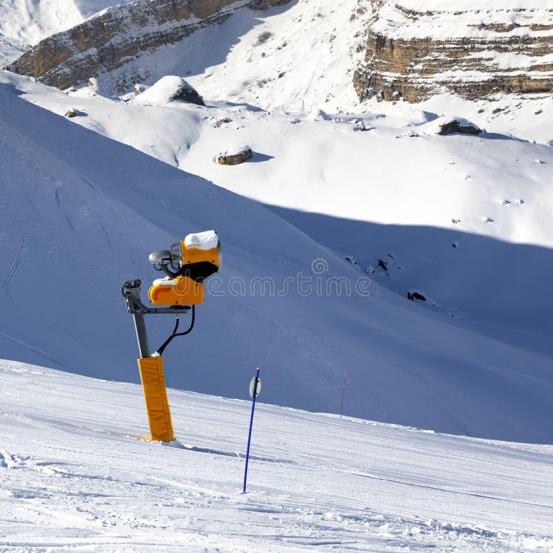 Pente de ski avec snowmaking sur la station de vacances d'hiver photographie stock