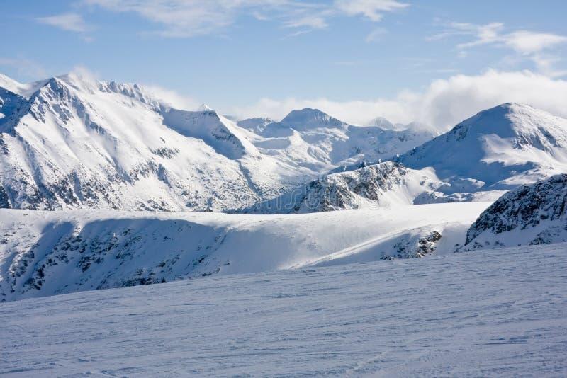 Pente de ski en montagnes de l'hiver photos libres de droits