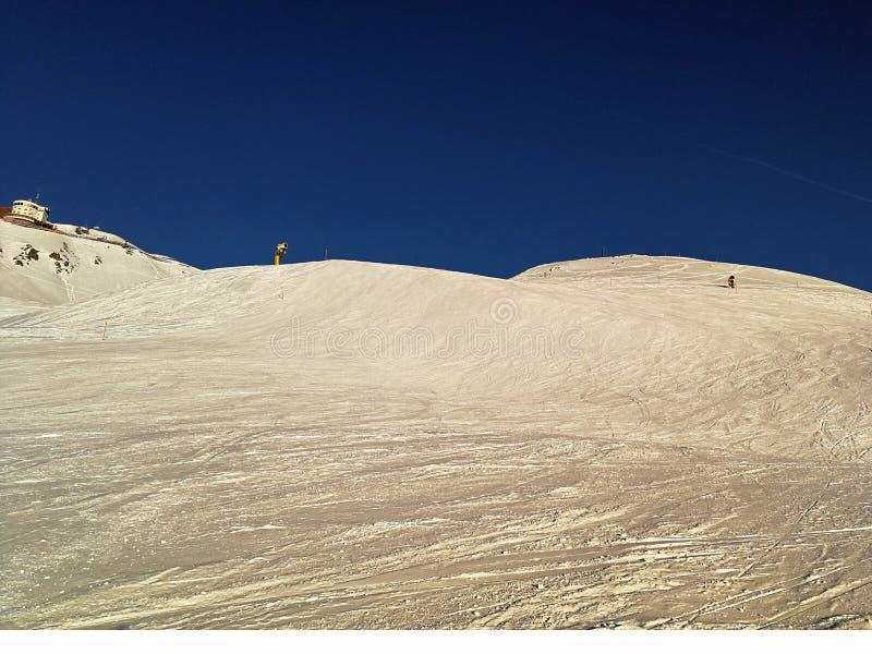 Pente de ski et machine snowmaking dans Davos, Suisse photos stock