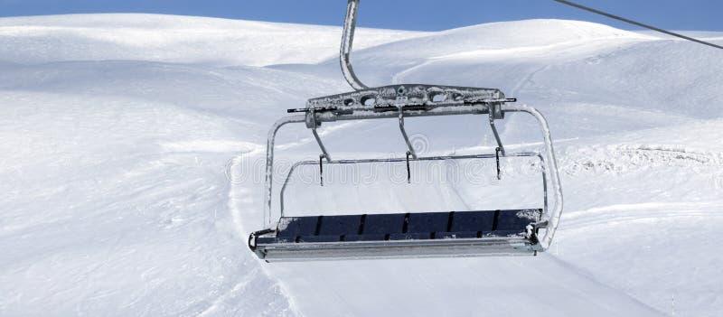 Pente de ski, t?l?si?ge sur la station de sports d'hiver image stock