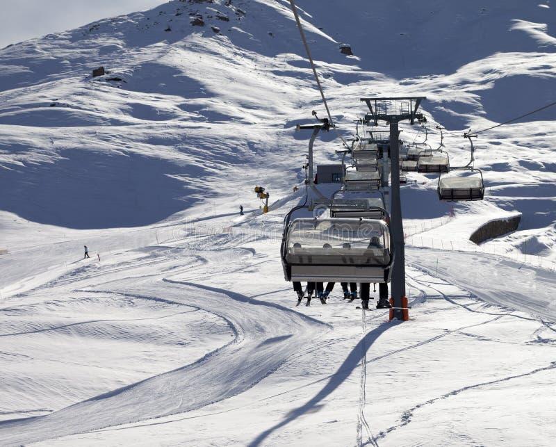 Pente de télésiège et de ski à la soirée du soleil images libres de droits