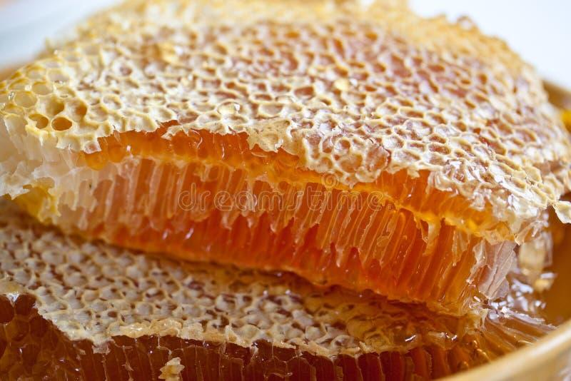 Pente do mel em uma placa imagem de stock