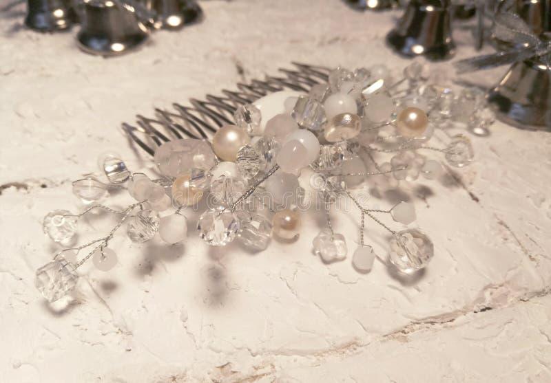 Pente dos grânulos brancos de cristal para acessórios da mulher fotografia de stock royalty free