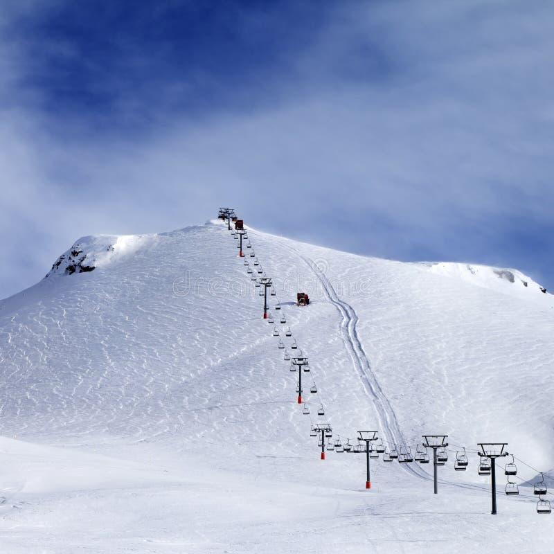Pente et télésiège de ski au matin image libre de droits
