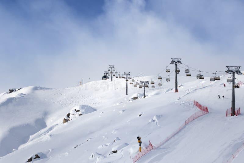 Pente et téléski de ski de Milou à la station de sports d'hiver à l'eveni ensoleillé d'hiver photo stock