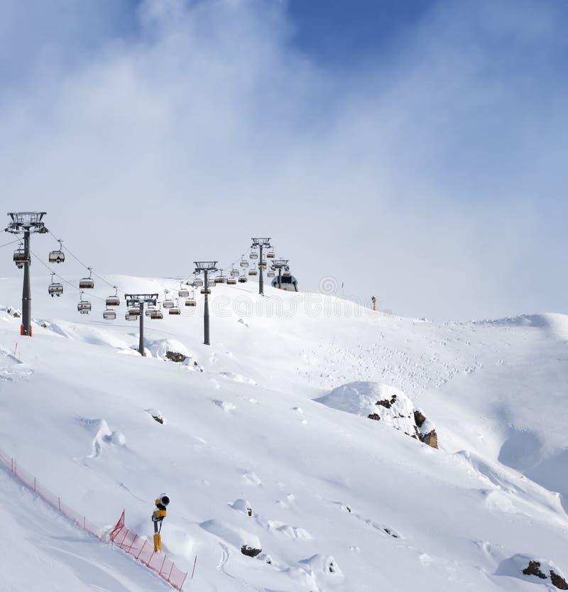 Pente et téléski neigeux hors-piste de ski à la soirée ensoleillée d'hiver photo libre de droits