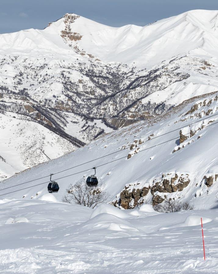 pente hors-piste couverte de neige de ski dans les montagnes et l'ascenseur neigeux de gondole photo stock