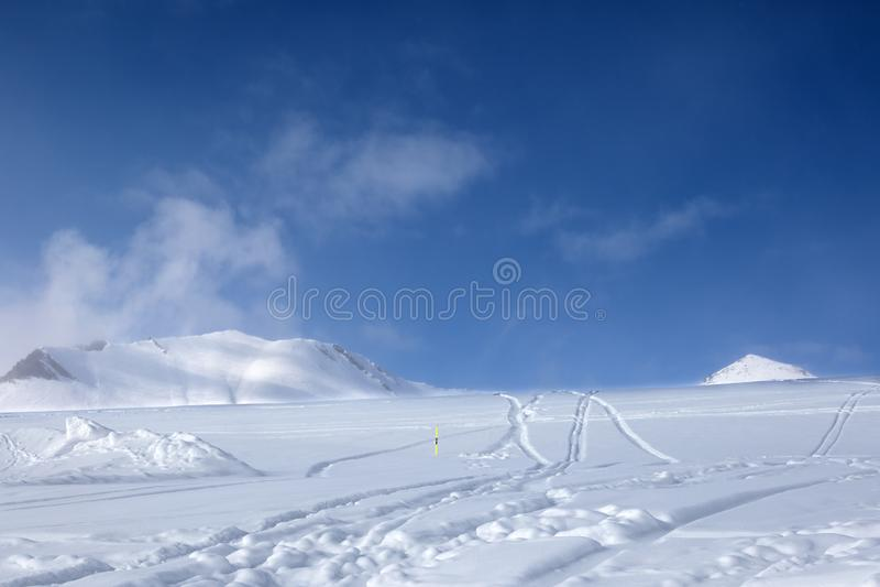 Pente hors-piste de ski avec la neige nouveau-tombée et traces des skis images libres de droits