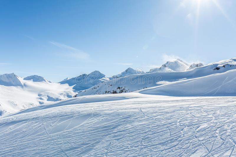 Pente hors-piste de ski avec la trace des skis photos libres de droits