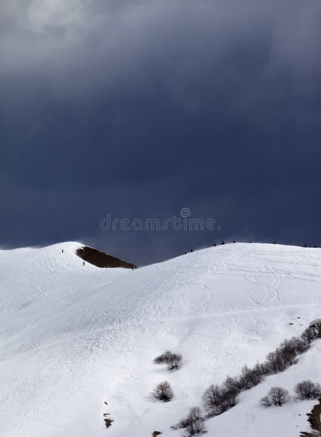 Pente hors-piste et ciel gris obscurci dans le jour venteux photo libre de droits