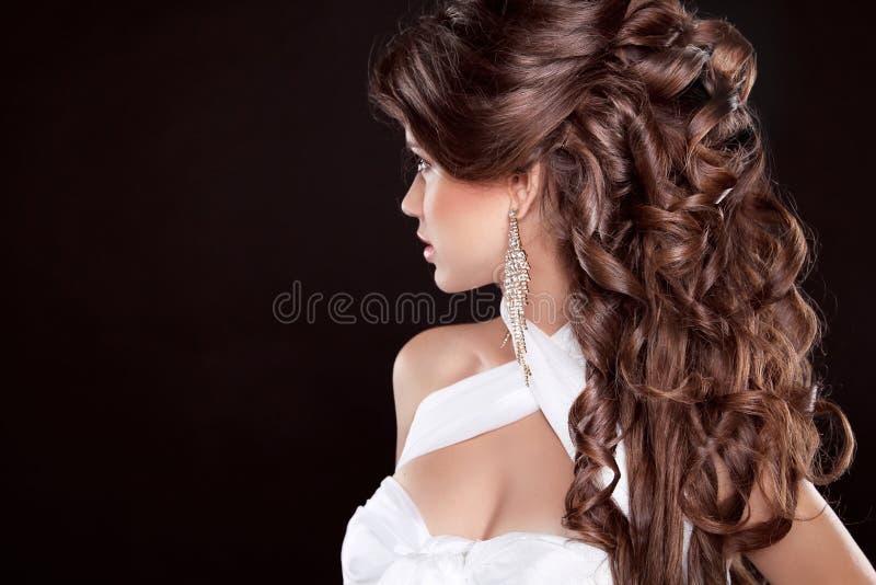 Penteado. Cabelo longo. Retrato da mulher da forma do encanto de Beautifu foto de stock royalty free