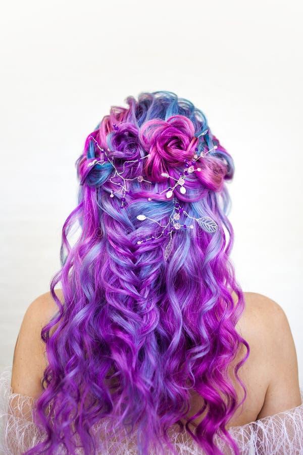 Penteado elegante das ondas no cabelo colorido longo, denominando Colora??o brilhante da cor, conceito imagens de stock