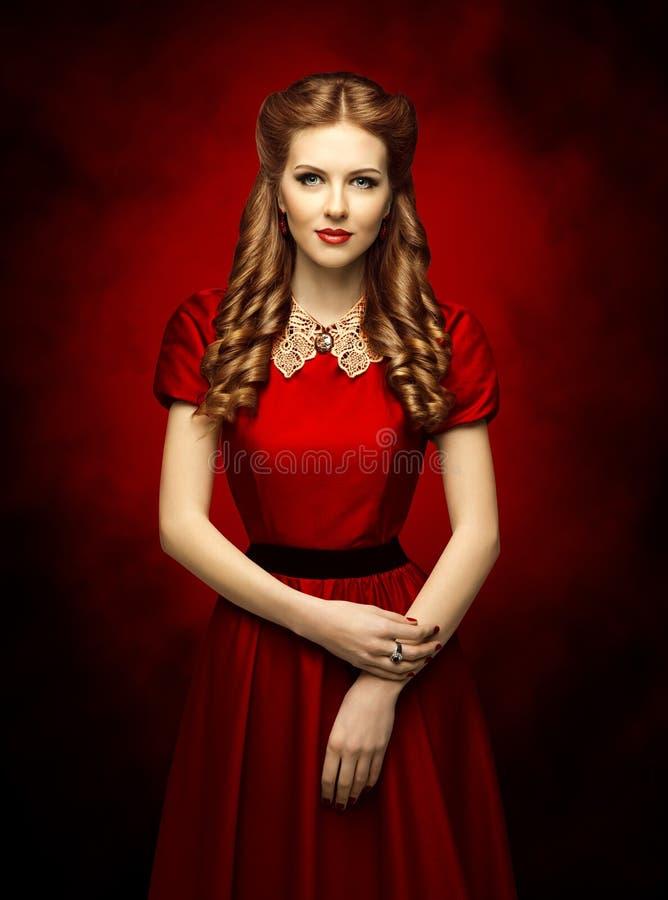 Penteado histórico da mulher e vestido retro, modelo de forma no vermelho fotos de stock