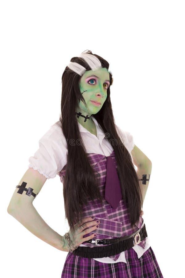 Penteado preto e branco da menina do traje. Verde imagem de stock