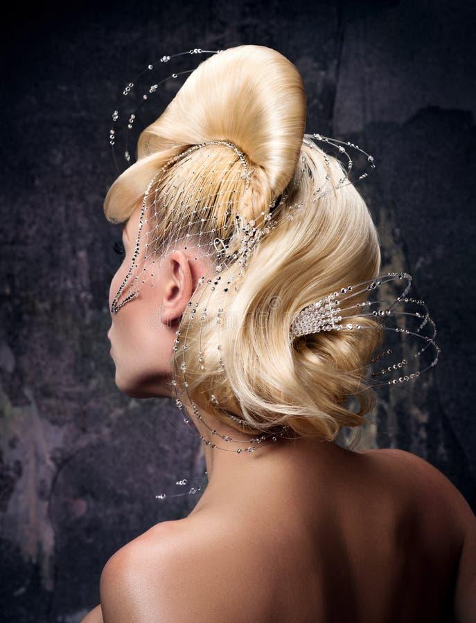 Penteado vanguardista com cabelo dourado Formulários, decorações e cristais de rocha complexos de onda foto de stock