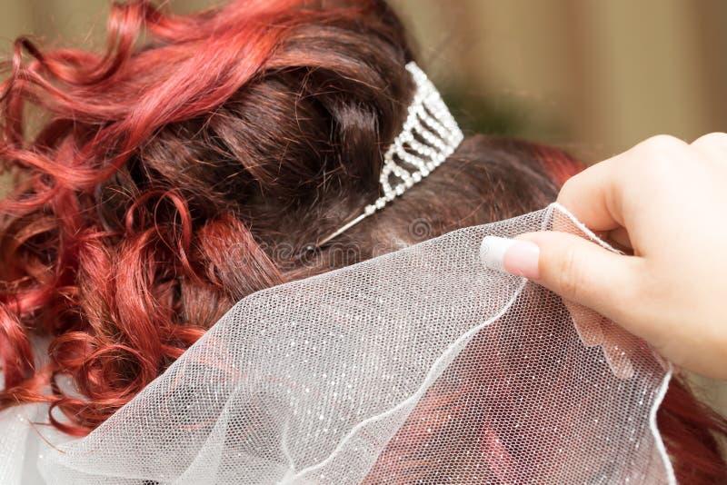 Penteados do casamento com o véu no salão de beleza imagens de stock royalty free