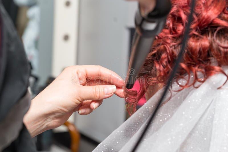 Penteados do casamento com o véu no salão de beleza fotos de stock