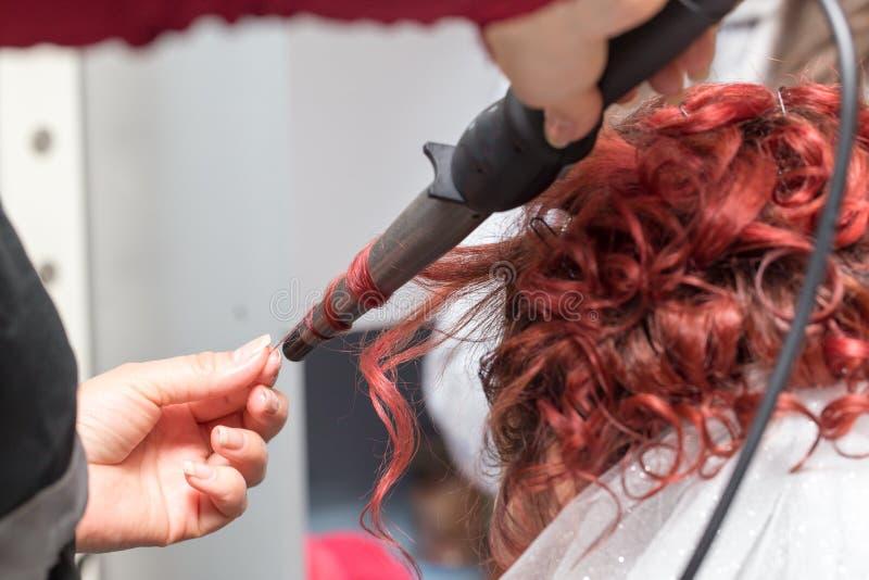 Penteados do casamento com o véu no salão de beleza imagem de stock royalty free