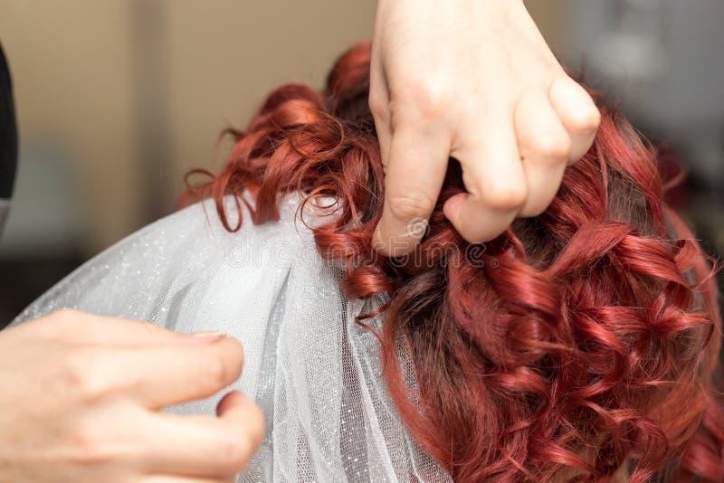 Penteados do casamento com o véu no salão de beleza foto de stock