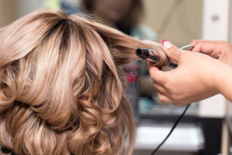 Penteados fêmeas na ondulação em um salão de beleza fotografia de stock royalty free