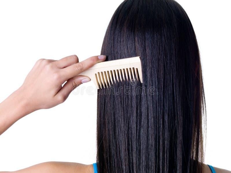 Penteando o cabelo fêmea fotografia de stock royalty free