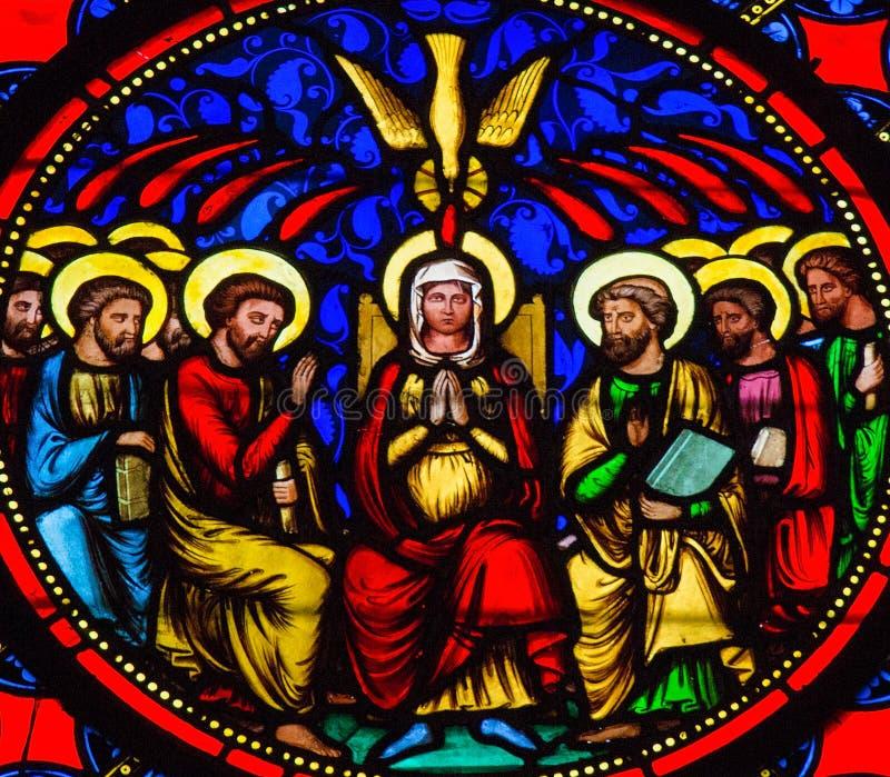 Pentecost -彩色玻璃在巴约大教堂里 免版税库存照片