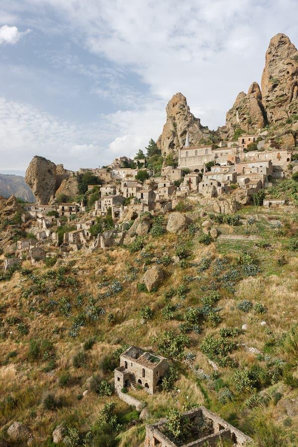 Pentedattilo en spökstad i Calabria, Italien arkivfoton