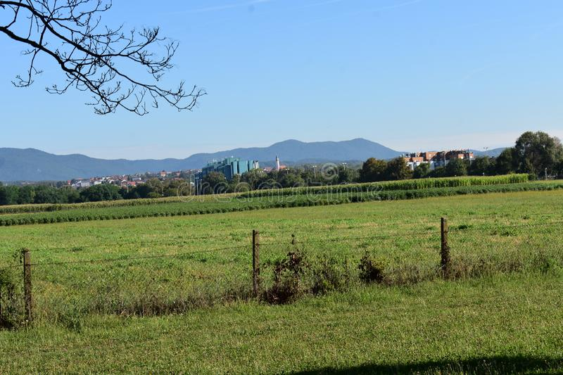 Pentes de Medvednica - Sljeme de Zagreb de loin photo libre de droits