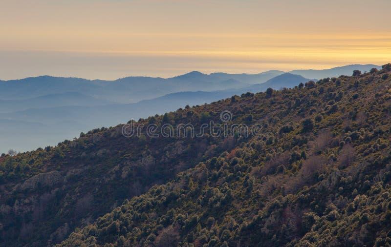 Pentes de montagne, montagnes bleues et la mer photos libres de droits