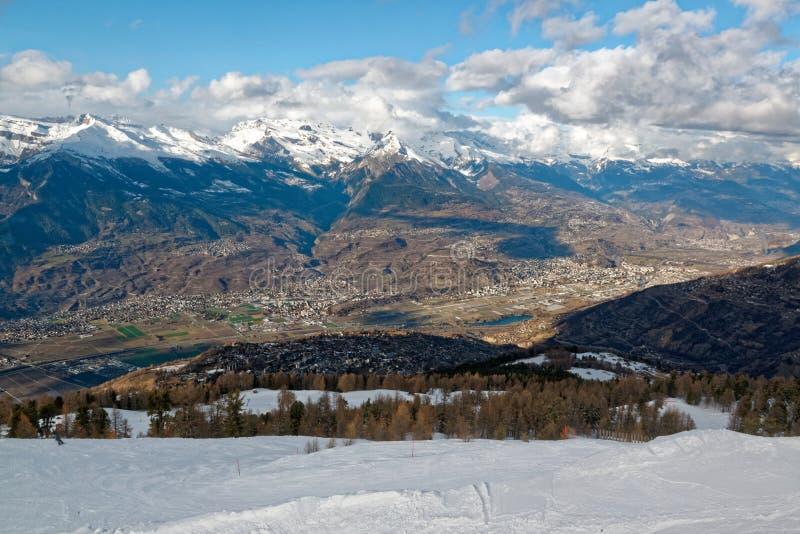 Pentes de ski de Nendaz et la vallée de RhÃ'ne en Suisse photographie stock libre de droits