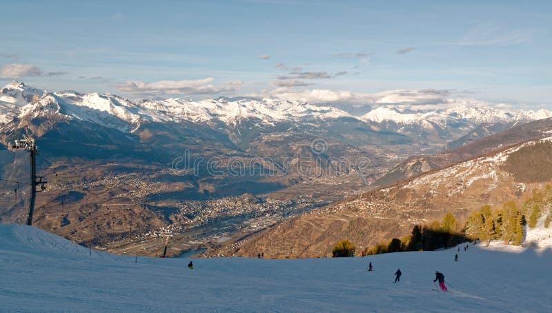 Pentes de ski de Nendaz et la vallée de RhÃ'ne en Suisse photo libre de droits