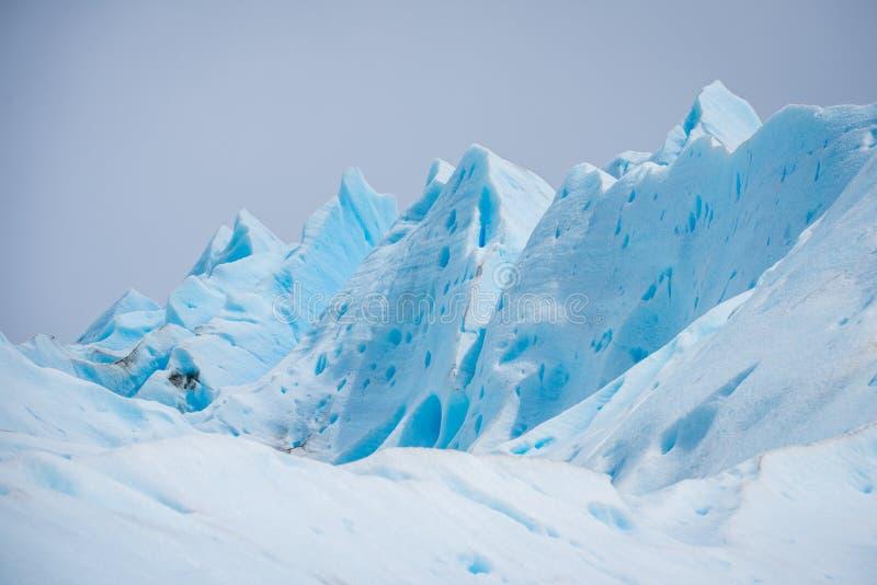 Pentes du glacier bleu contre le ciel Shevelev photo stock