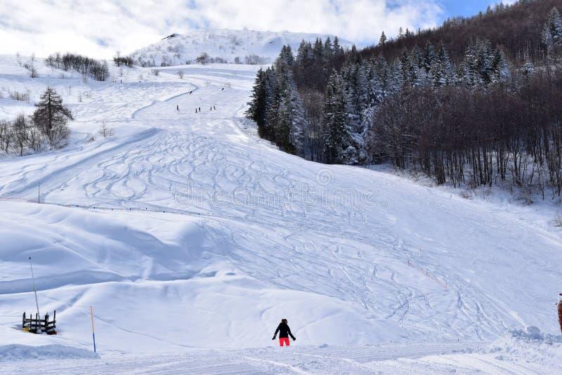 Pentes et skieurs de ski photos stock