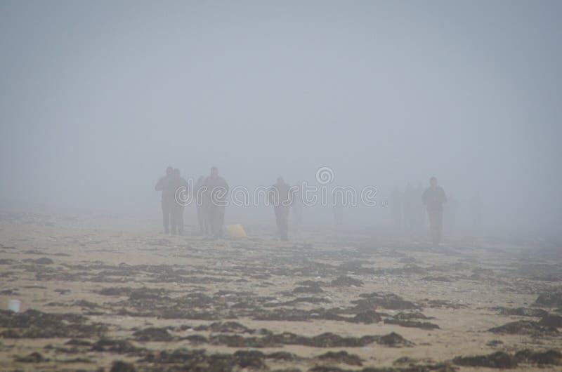 Penthievre, Γαλλία - 26 Ιουνίου 2012 Οι γαλλικοί στρατιώτες εκπαιδεύουν στην ομίχλη στην ακτή στη Βρετάνη στοκ εικόνα