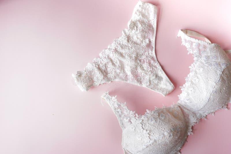 Pentie e sutiã elegantes, roupa interior das mulheres no fundo cor-de-rosa Copie o espaço Conceito do blogger da beleza Roupa int imagem de stock