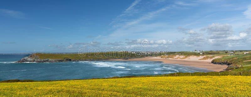Pentire ocidental com vista à praia de Crantock, Cornualha fotografia de stock