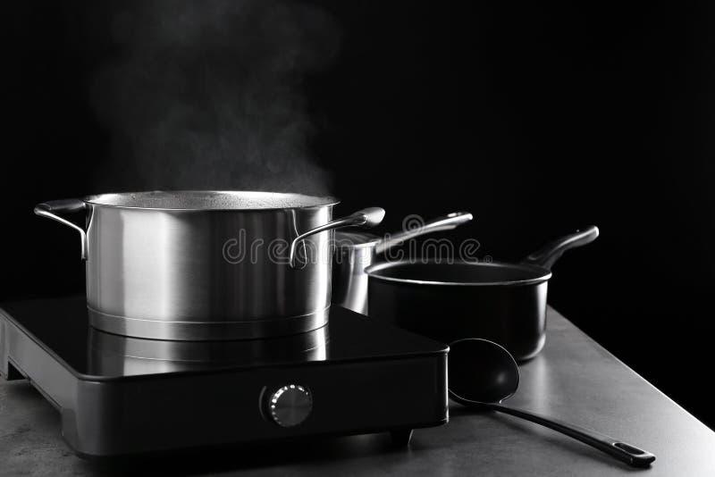 Pentola del metallo con vapore immagini stock