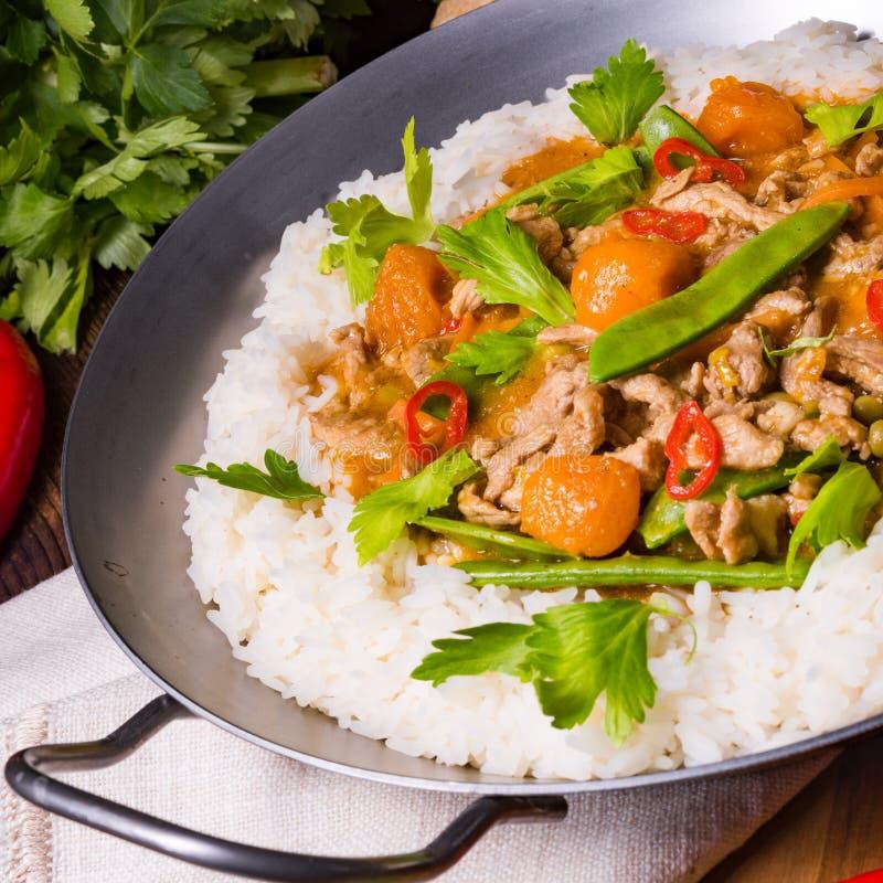 Pentola del wok con le strisce e le verdure della carne fotografia stock libera da diritti